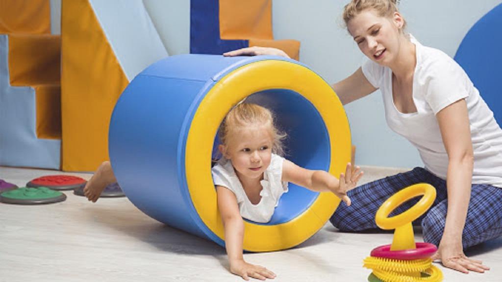 dificultad para procesar información: imagen de una niña haciendo ejercicios de percepción sensorial