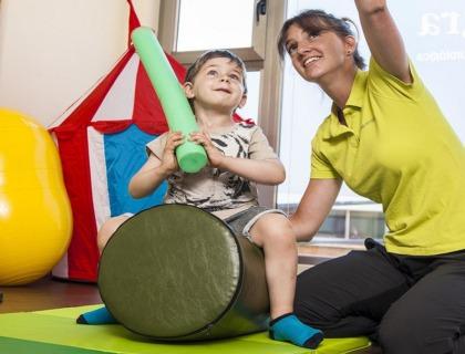 dificultad para procesar información: imagen de un niño haciendo ejercicios de percepción sensorial