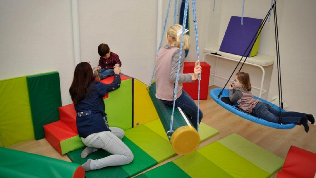 dificultad para procesar información: imagen de unos niños haciendo ejercicios de percepción sensorial