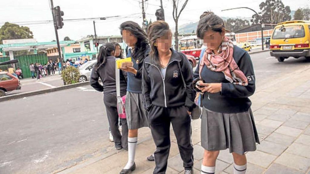 drogas en el aula: imagen de grupo de niñas con drogas en las manos