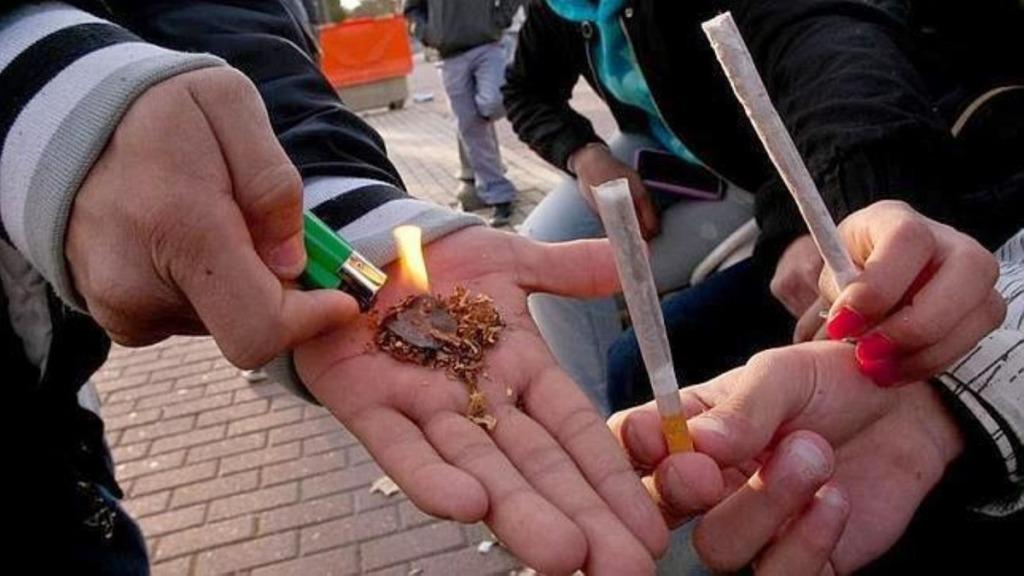 drogas en el aula: imagen de estudiantes haciéndose un porro