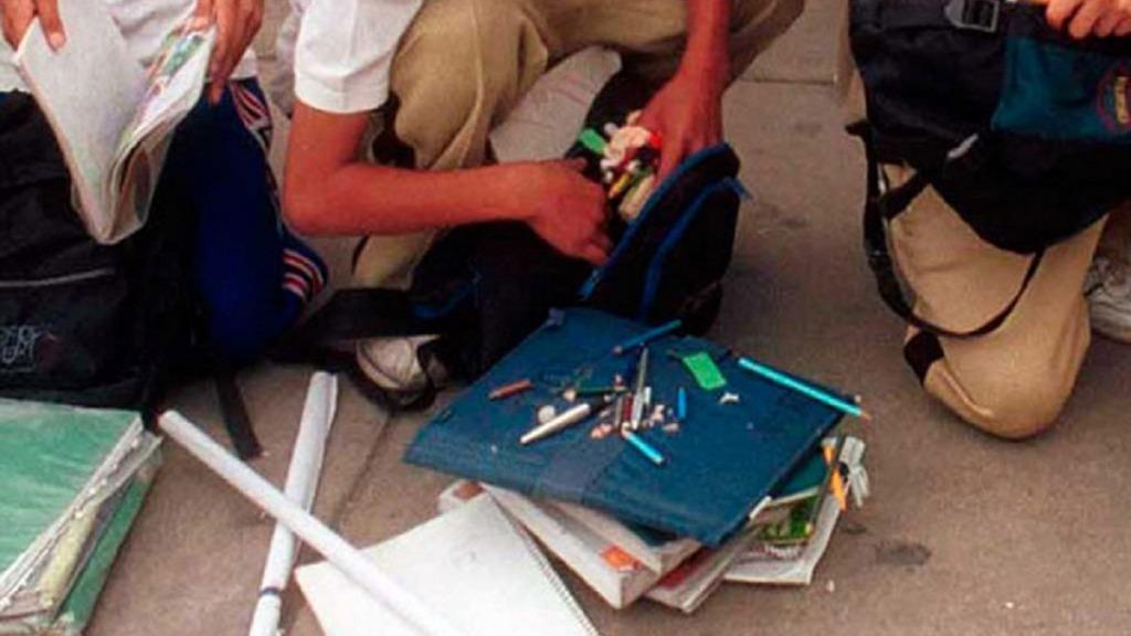 drogas en el aula: imagen de estudiantes manejando drogas