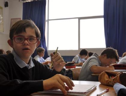 imagen de un alumno discapacitado en un aula