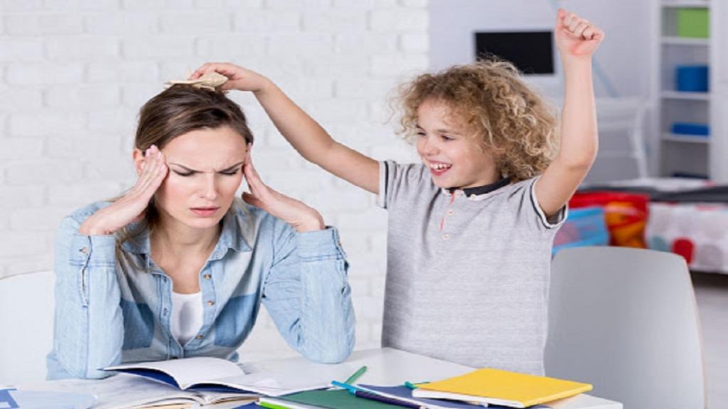imagen de un niño con tdah molestando a su madre