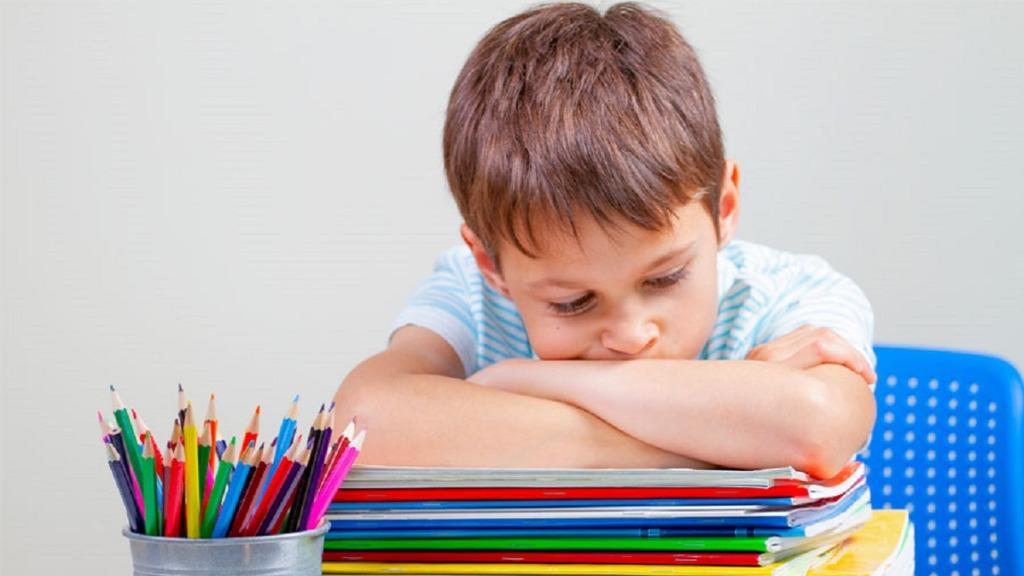 imagen de un niño con tdah desesperado ante las tareas escolares