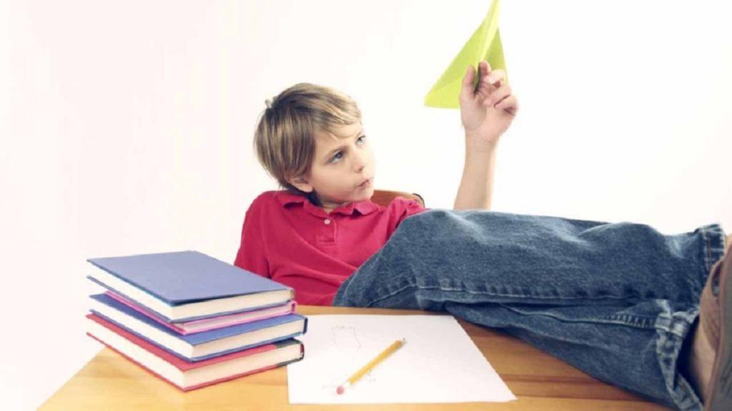 imagen de un niño con tdah distraído con un avión de papel