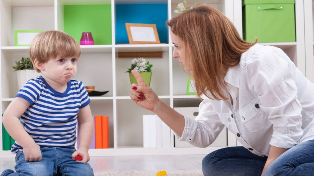 imagen de un niño con tdah recibiendo una reprimenda de su profesora