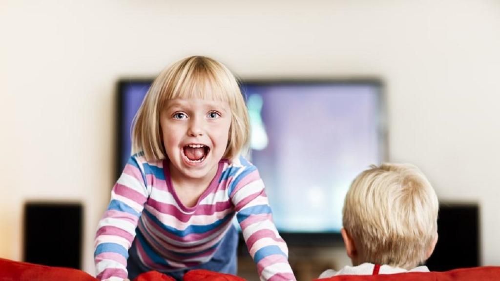 imagen de un niño con tdah subiéndose por los muebles de su casa