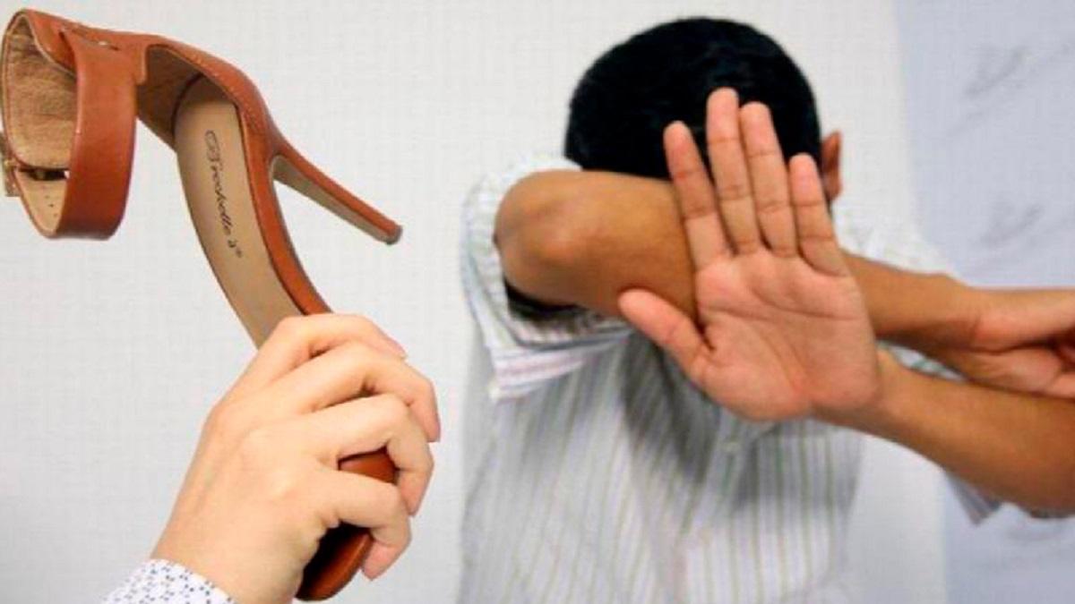 violencia doméstica: imagen de un hombre protegiéndose de un zapatazo de su mujer