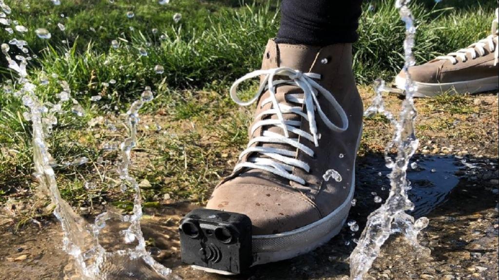 innomake, el zapato inteligente: imagen de una zapato con sensores pisando un charco