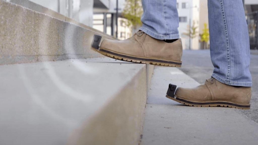 innomake, el zapato inteligente: imagen de una persona calzada con zapatos dotados de sensores subiendo una escalera