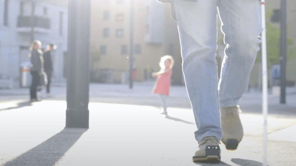 innomake, el zapato inteligente: imagen de una persona calzada con zapatos dotados de sensores