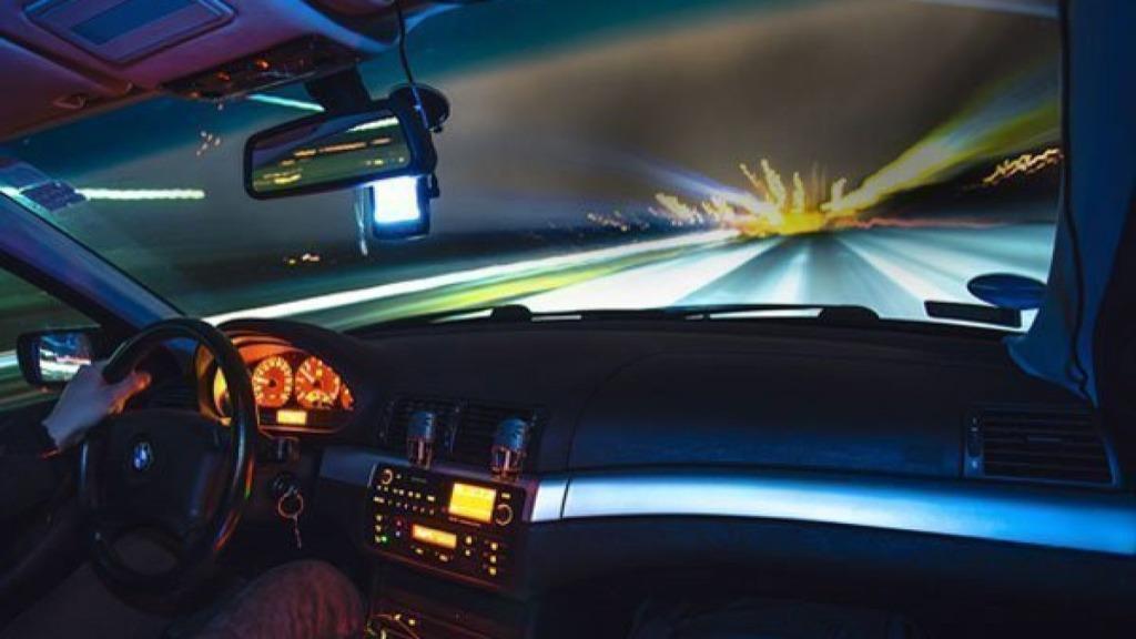 causas de la ceguera: imagen de un conductor aquejado de ceguera nocturna
