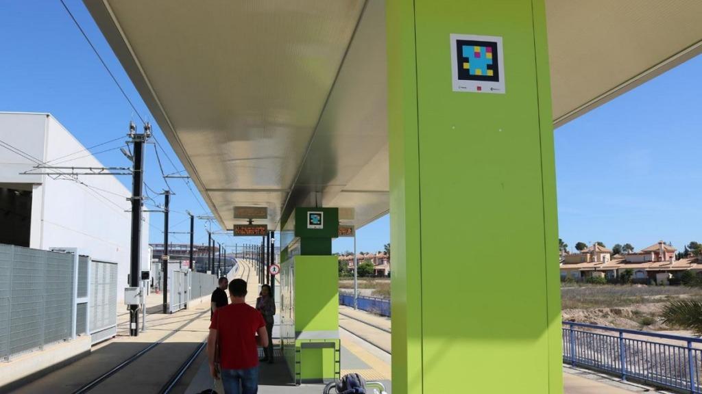 aplicación navilens: imagen de los códigos de la aplicación colocados en las instalaciones del tranvía de Murcia