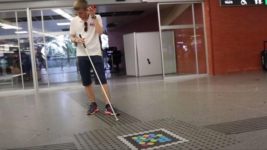 aplicación navilens: imagen de los códigos de la aplicación colocados en las instalaciones de la estación de Atocha en Madrid