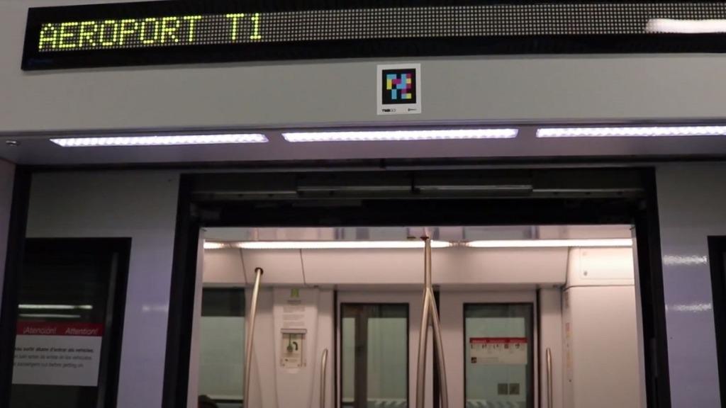 aplicación navilens: imagen de los códigos de la aplicación colocados en las instalaciones del metro de Barcelona