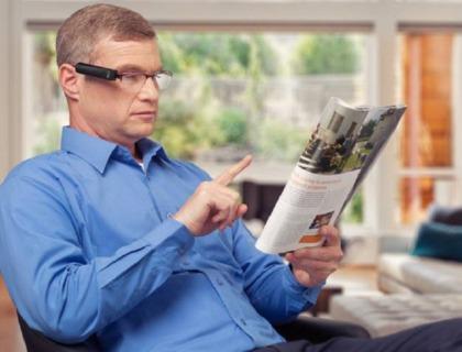 inteligencia artificial: imagen de una persona usando un asistente con inteligencia artificial