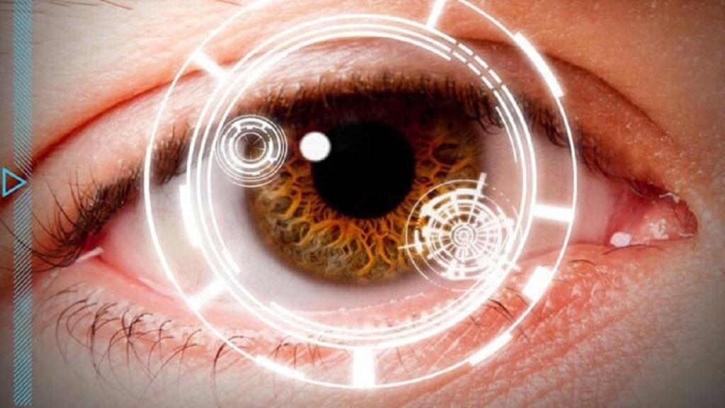 mejorar la vista: imagen de un ojo visto a través de un aparato óptico