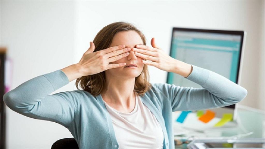 yoga ocular: imagen de una persona haciendo ejercicios de yoga ocular