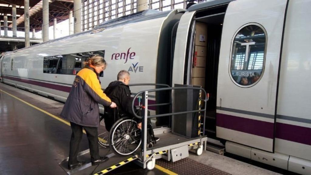 accesibilidad y transporte público: imagen de una persona en silla de ruedas accediendo a un tren gracias a una plataforma elevadora