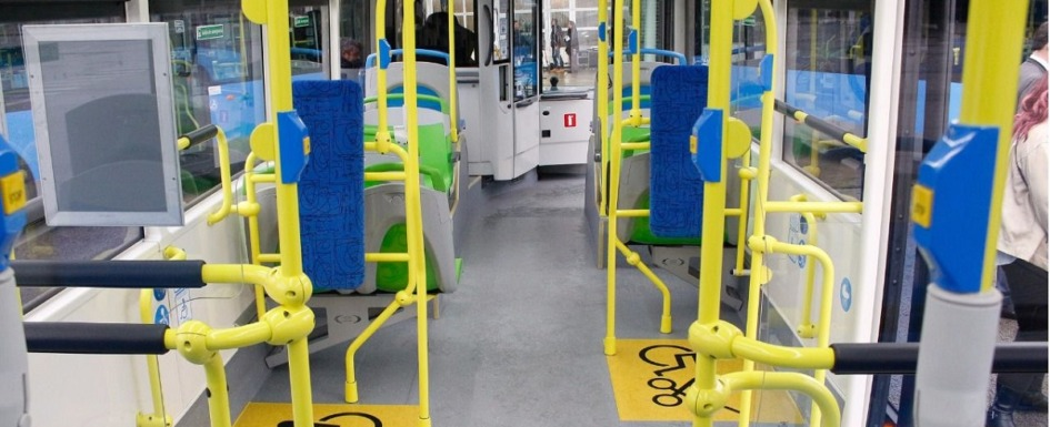 accesibilidad y transporte público: imagen del interior de un autobús adaptado a personas con mobilidad reducida