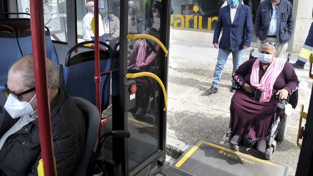 accesibilidad y transporte público: imagen de la rampa de acceso de un autobús