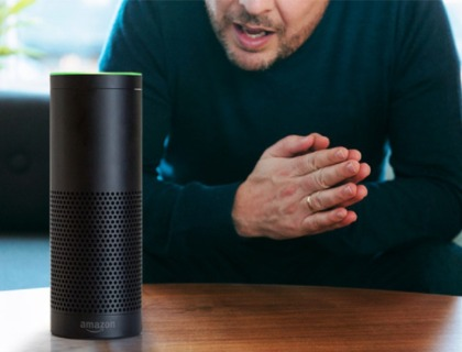 altavoces inteligentes: imagen de una persona hablando con un altavoz inteligente