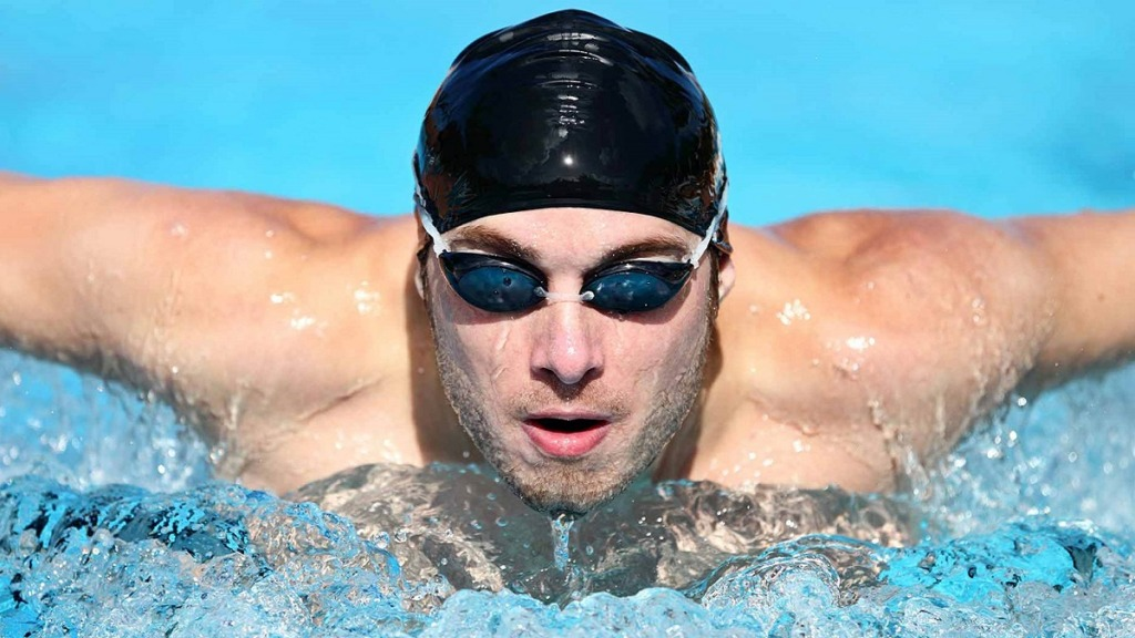 gafas para nadar: imagen de un nadador usando gafas mientras nada
