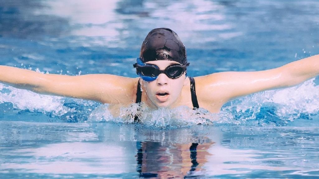 gafas para nadar: imagen de una nadadora llevando gafas mientras nada