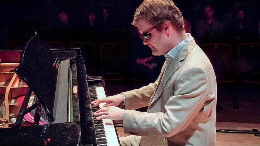 personas ciegas y formación musical: imagen de un artista ciego tocando el piano