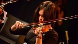 personas ciegas y formación musical: imagen de una mujer ciegas tocando el violín