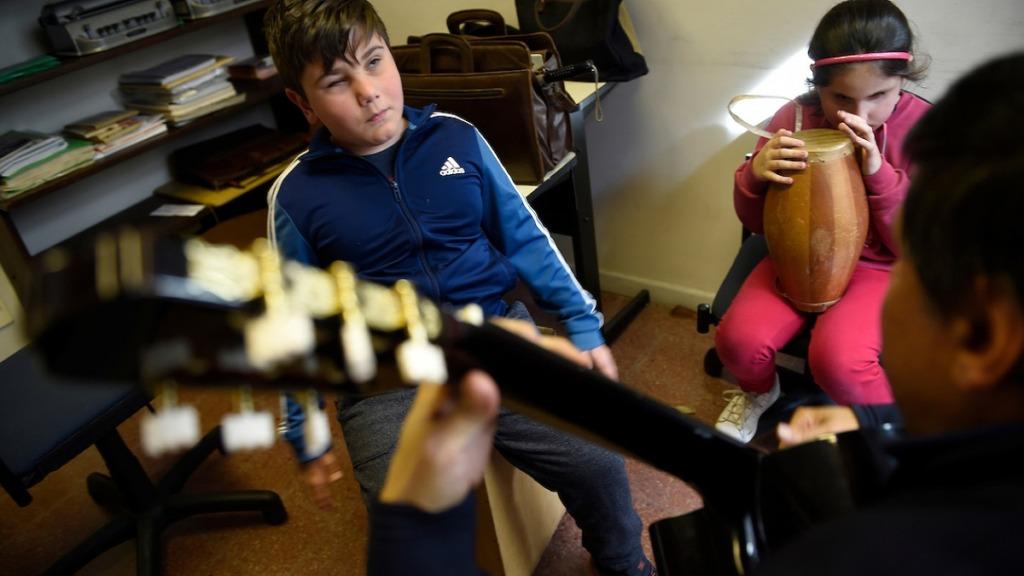 personas ciegas y formación musical: imagen de niños ciegos aprendiendo a tocar instrumentos