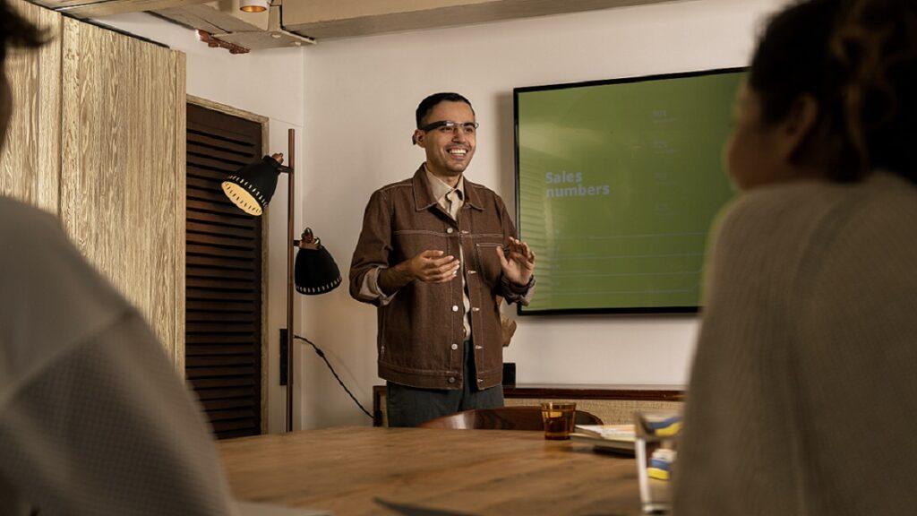 envision glasses: imagen de una persona usando la funcionalidad de reconocimiento facial