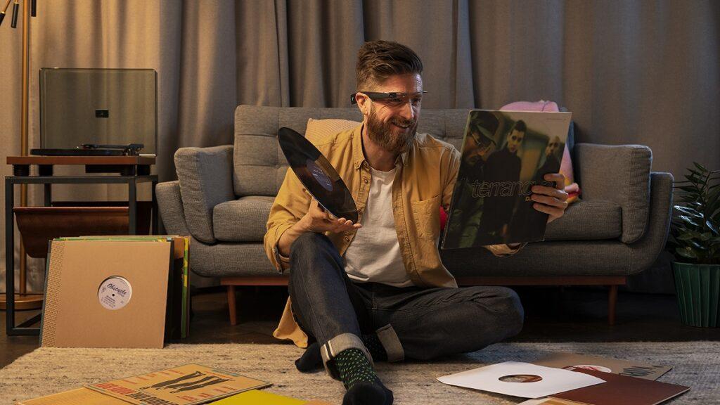 envision glasses: imagen de una persona usando la funcionalidad de texto instantáneo