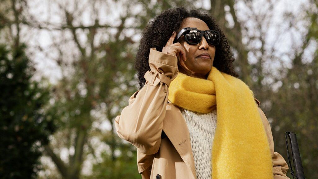 envision glasses: imagen de una persona usando la funcionalidad descripción del entorno