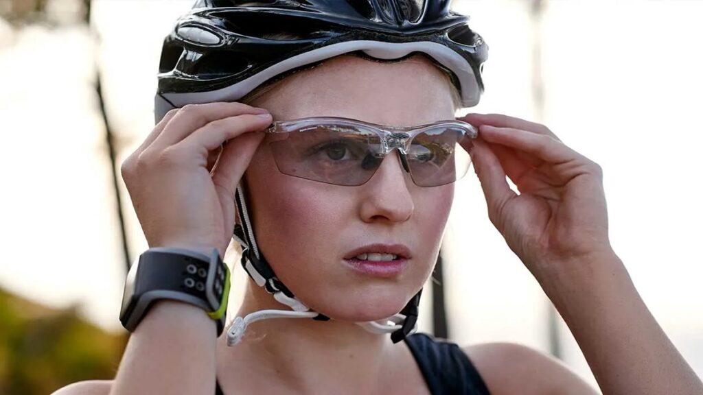accidentes oculares: imagen de una persona con gafas protectoras mientras realiza deporte