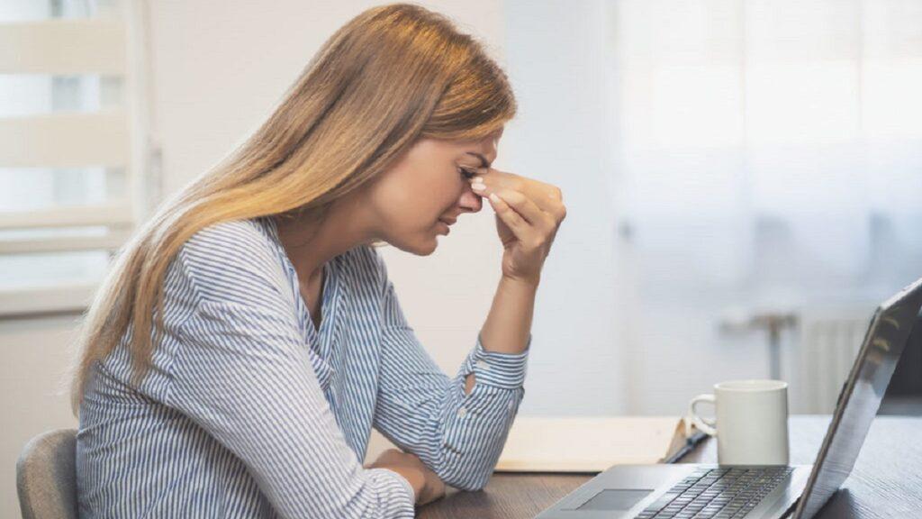 accidentes oculares: imagen de una mujer frente a su ordenador