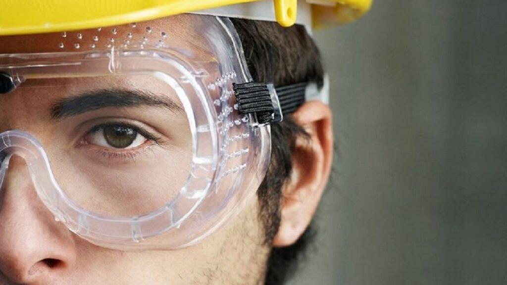 accidentes oculares: imagen de una persona con protección para la vista
