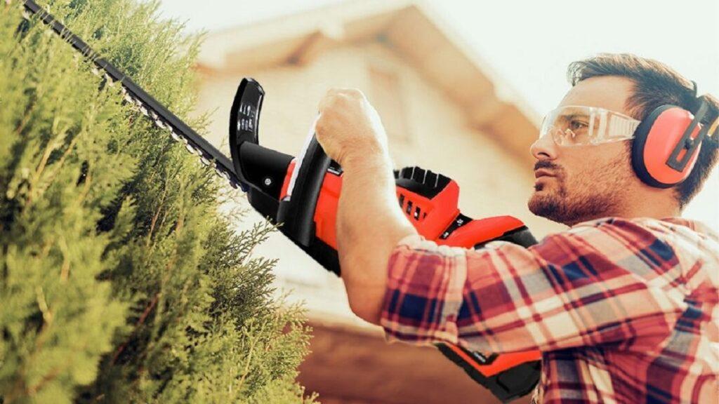 accidentes oculares: imagen de una persona con gafas protectoras mientras trabaja en el jardín