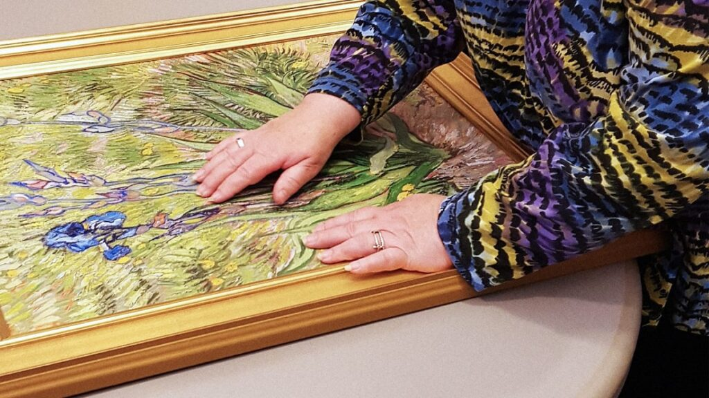 arte táctil: imagen de una persona tocando una obra de arte