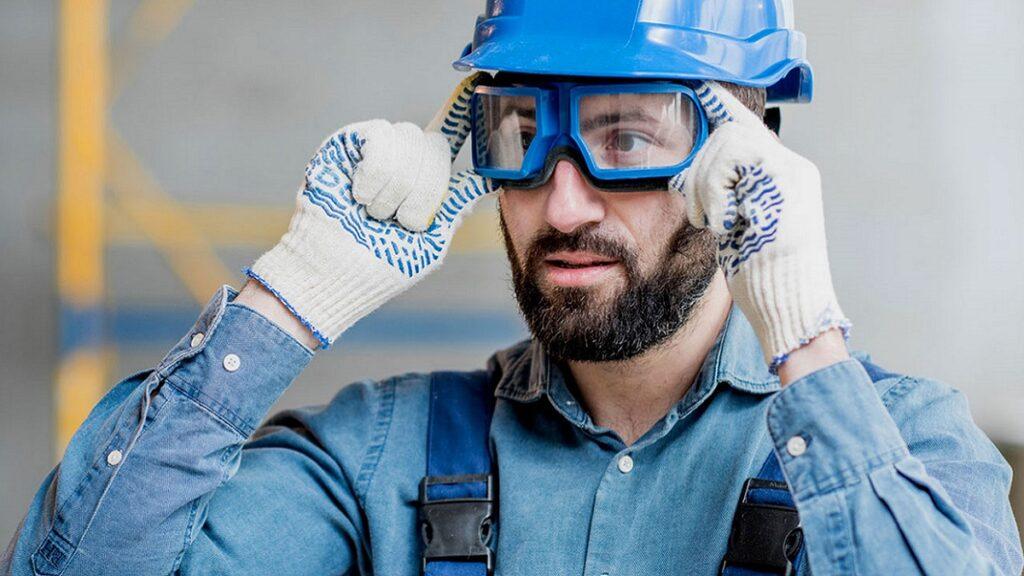 salud ocular: imagen de trabajador de la construcción con gafas protectoras