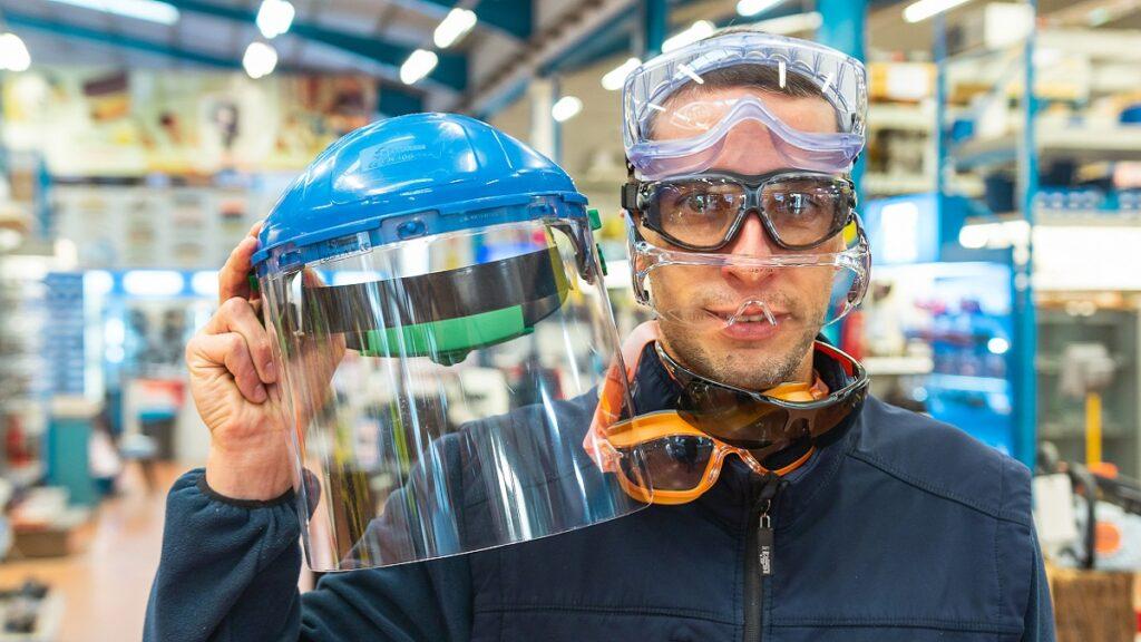 salud ocular: imagen de una persona mostrando diferentes tipos de protecciones para los ojos