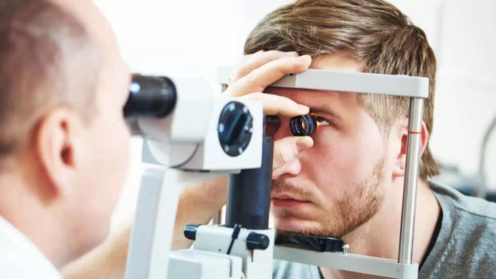 salud ocular: imagen de una persona haciendo un examen ocular