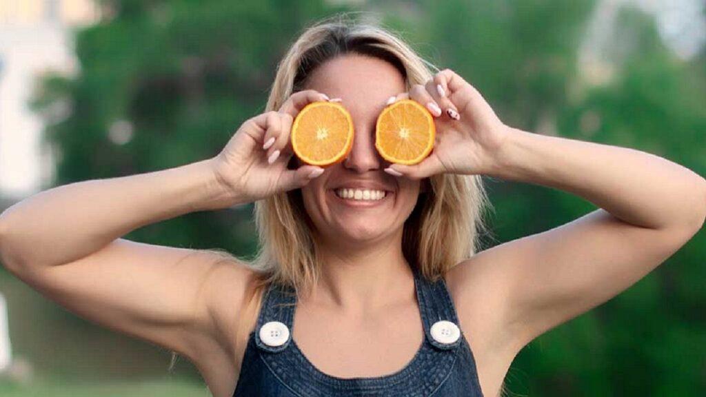 salud ocular: imagen de una persona con alimentos que favorecen la salud ocular