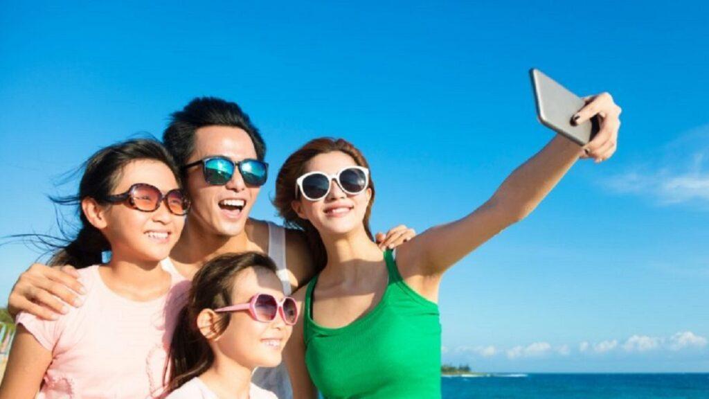 salud ocular: imagen de personas con gafas de sol para proteger los ojos de la radiación solar