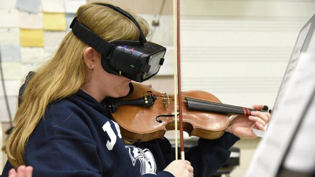 irisvision: imagen de la la violinista Aliena Jensen usando el dispositivo