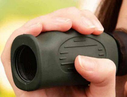 monoculares: imagen de una persona usando el aparato