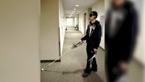 bastón robótico: imagen de una persona realizando pruebas con el dispositivo