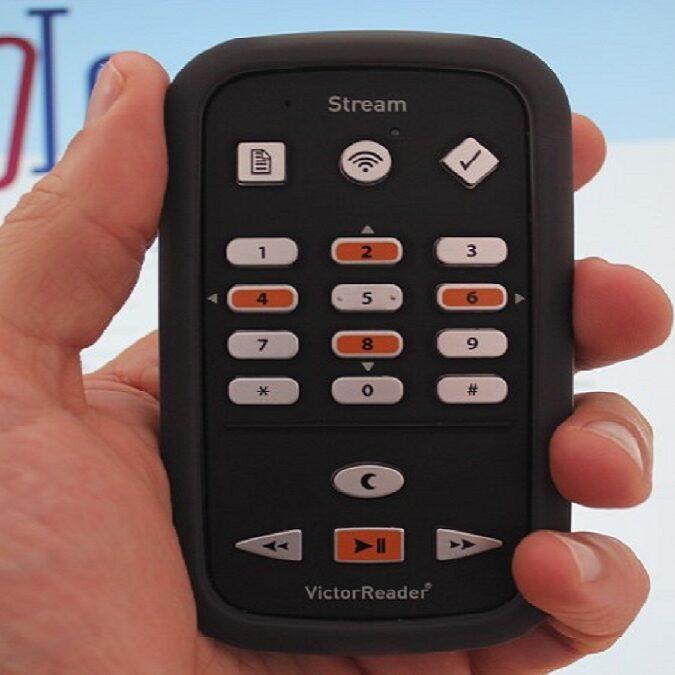 imagen de Victor Reader Stream Nueva Generación en la mano de una persona