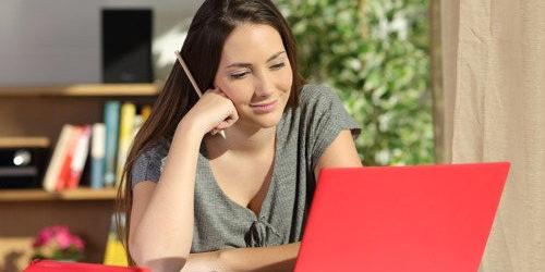 imagen de una estudiante aprendiendo en línea con su portátil.